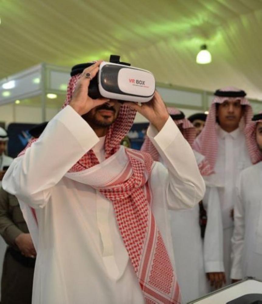 نائب أمير منطقة مكة المكرمة الأمير عبدالله بن بندر خلال افتتاحه المعرض