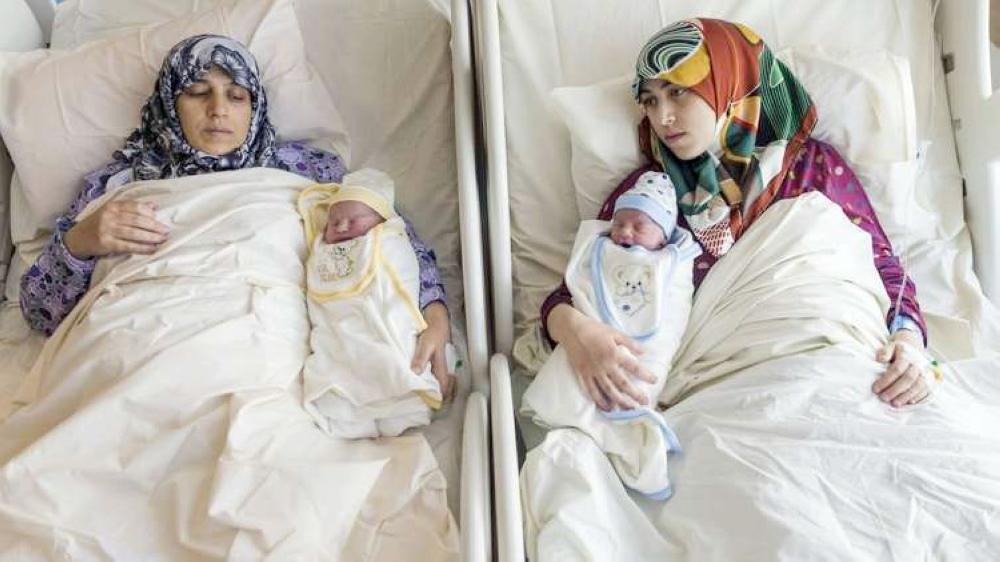 الأم والابنة مع طفلتيهما بعد الولادة.