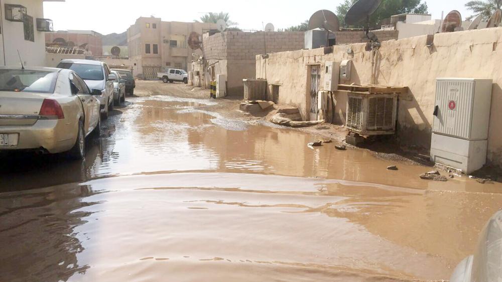 تجمعات المياه في الجرف الغربي بالمدينة.  (تصوير: أحمد الزهراني)