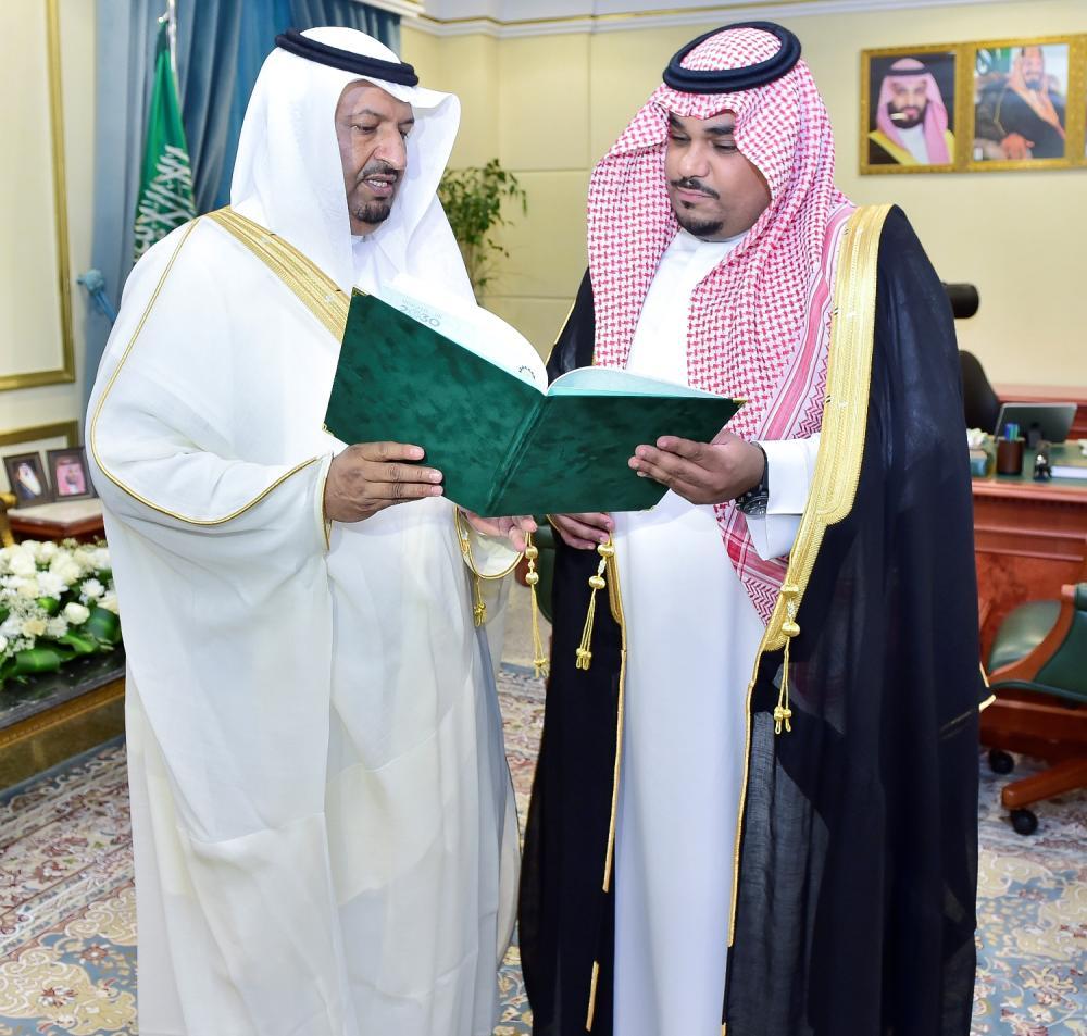نائب أمير نجران يتسلم تقرير الغرفة التجارية بالمنطقة