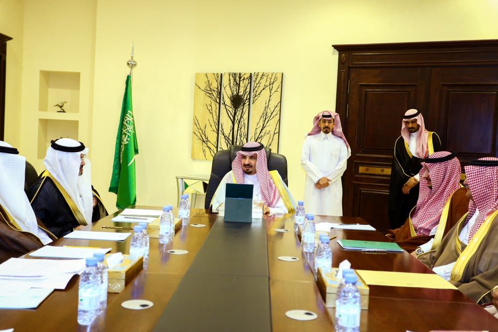 أمير الجوف يترأس اجتماعاً بمدراء الإدارات الخدمية ويستعرض مشاريعها