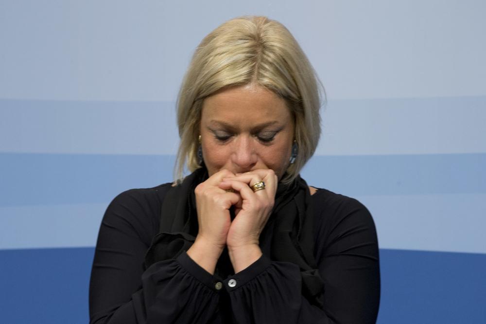 وزيرة الدفاع الهولندية السابقة يانين هنيس بلاشيرت تبكي بعد إعلانها استقالتها اثر وفاة اثنين من الجنود الهولنديين في مالي عام 2016