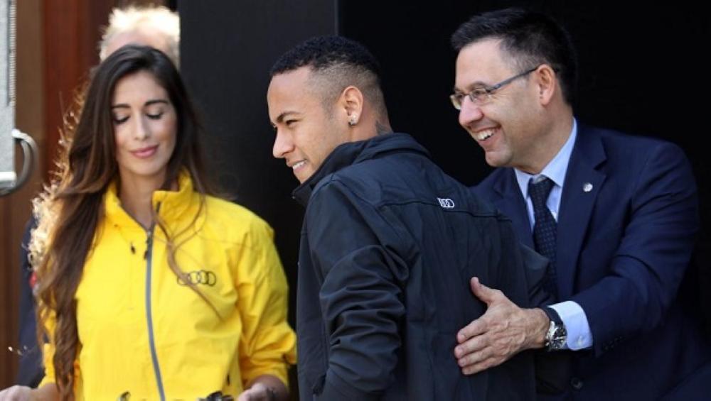 صورة سابقة تجمع رئيس برشلونة جوسيب مع الدولي البرازيلي نيمار نجم باريس