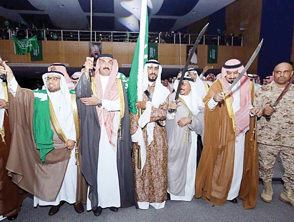 المشاركون في الملتقى يؤدون العرضة السعودية خلال الاحتفال.
