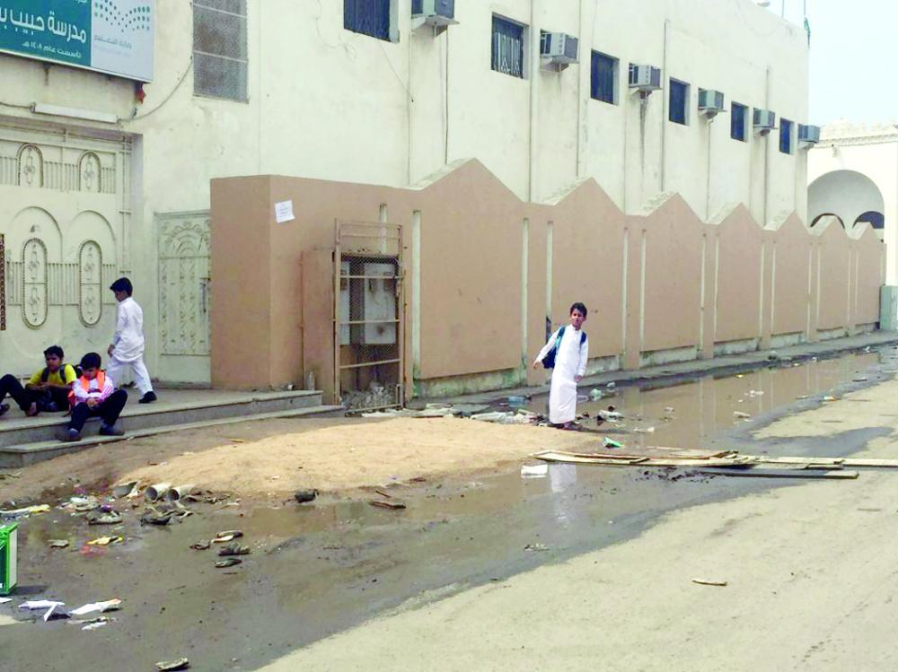 طلاب أمام مدرستهم في حي قويزة.