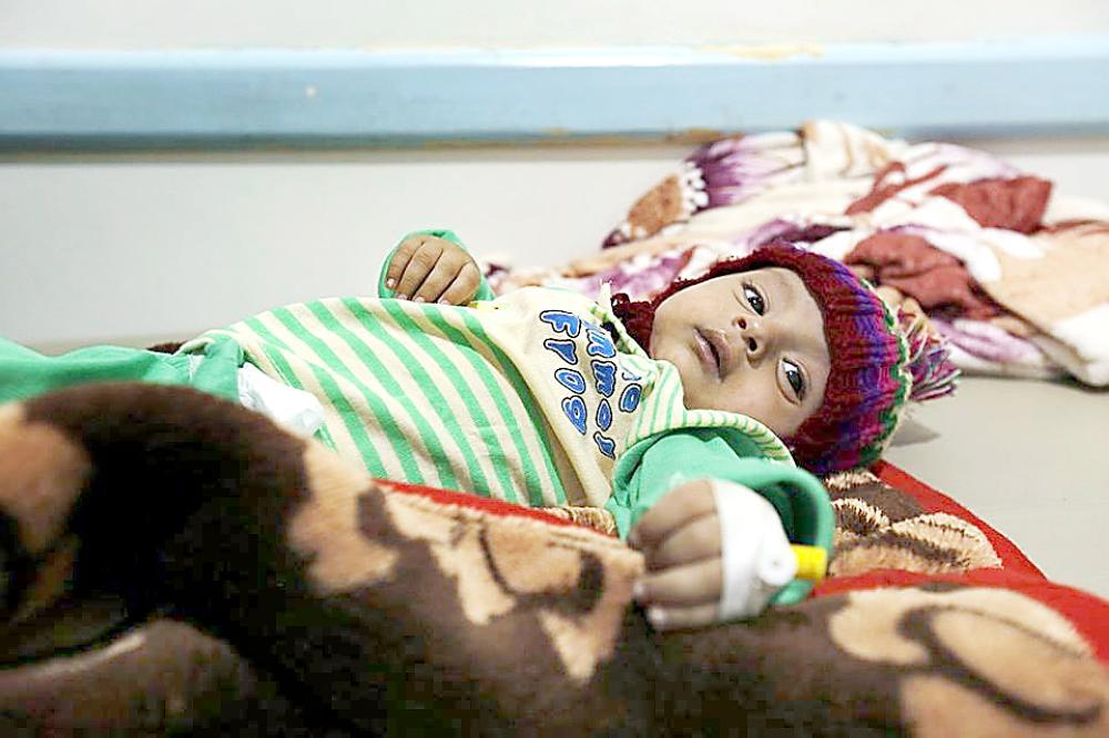 طفلة يمنية مصابة بالكوليرا ترقد في مستشفى بصنعاء.   (متداولة)