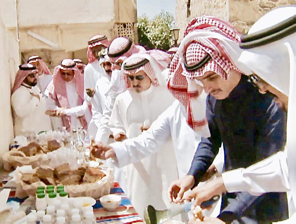 صقور السعودية يتناولون إفطارهم في مساريب الظفير التراثية.
