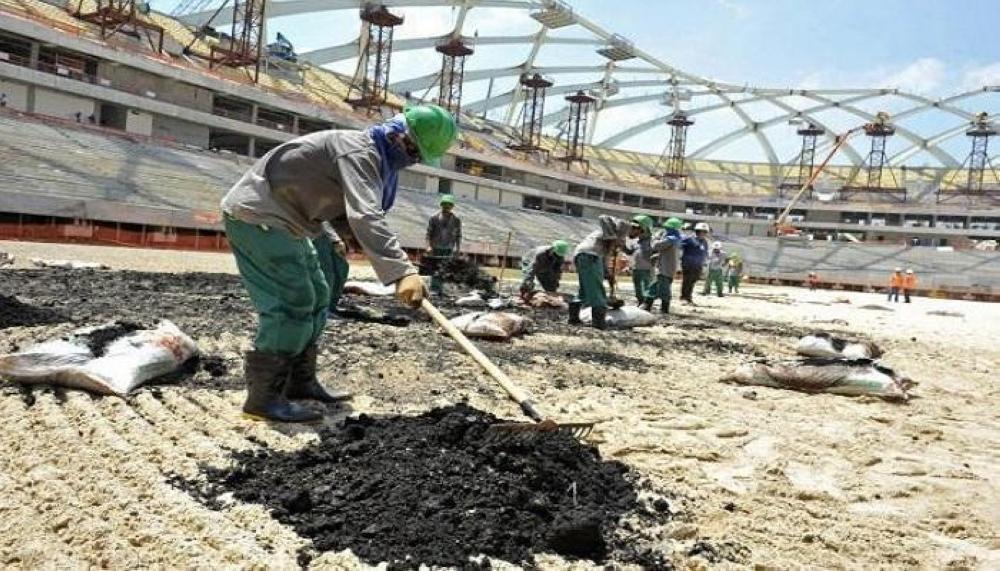 كأس العالم 2022: عمال قطر «عبيد» يبنون قبورًا لا ملاعب