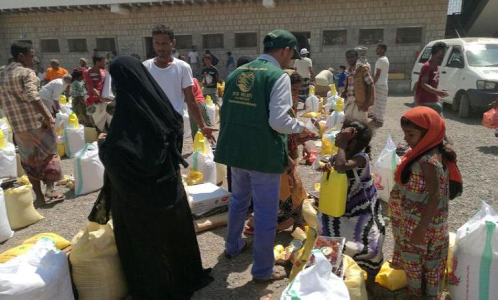 مركز الملك سلمان يواصل توزيع السلال الغذائية على النازحين في مأرب