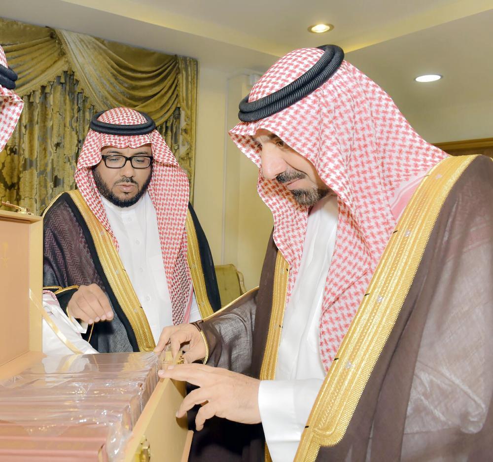 أمير نجران أثناء تسلمه نسخة من مجموعة الأحكام القضائية.