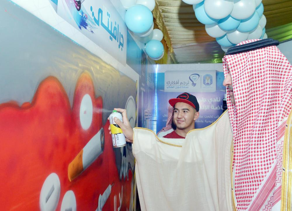 أمير المدينة يقوم بإنهاء اللوحة الفنية.  (تصوير: أحمد القحطاني)