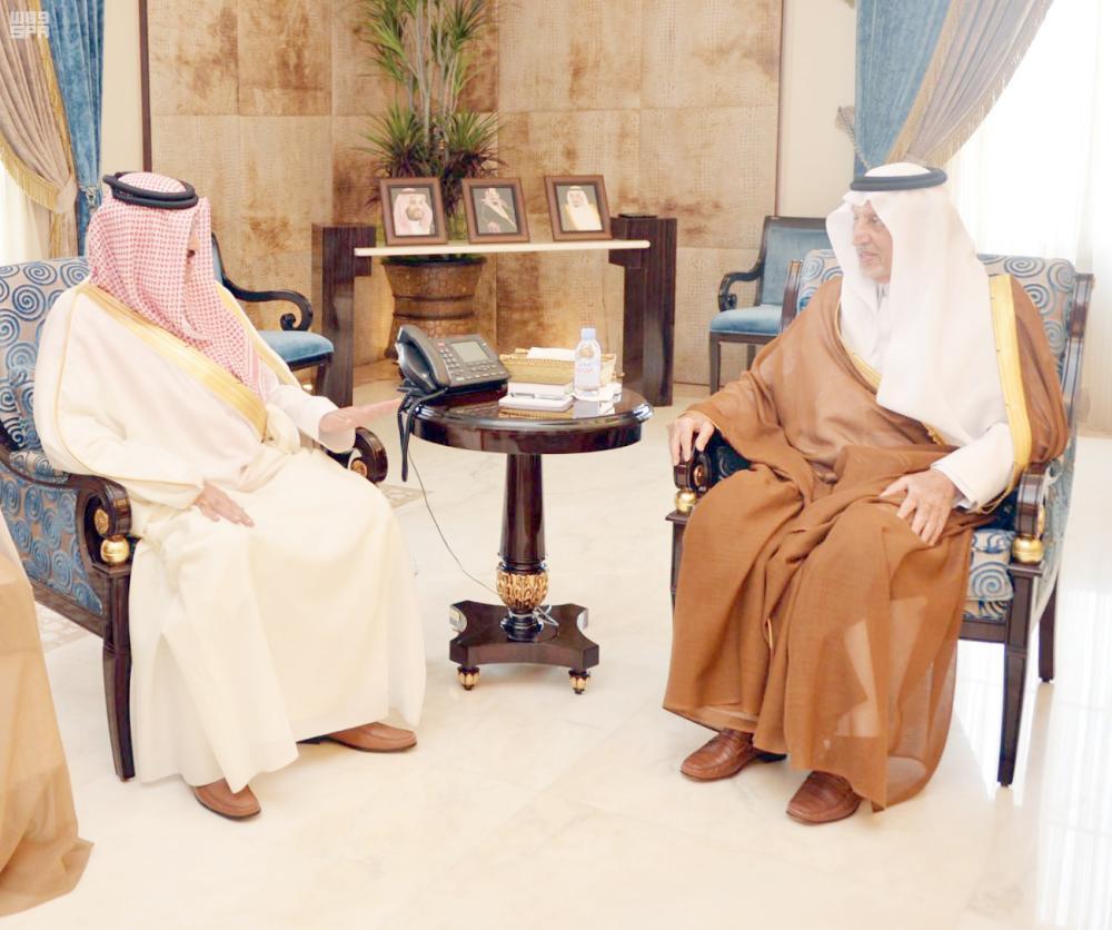 الأمير خالد الفيصل خلال لقائه سفيرالبحرين لدى المملكة بجدة أخيراً. (عكاظ)