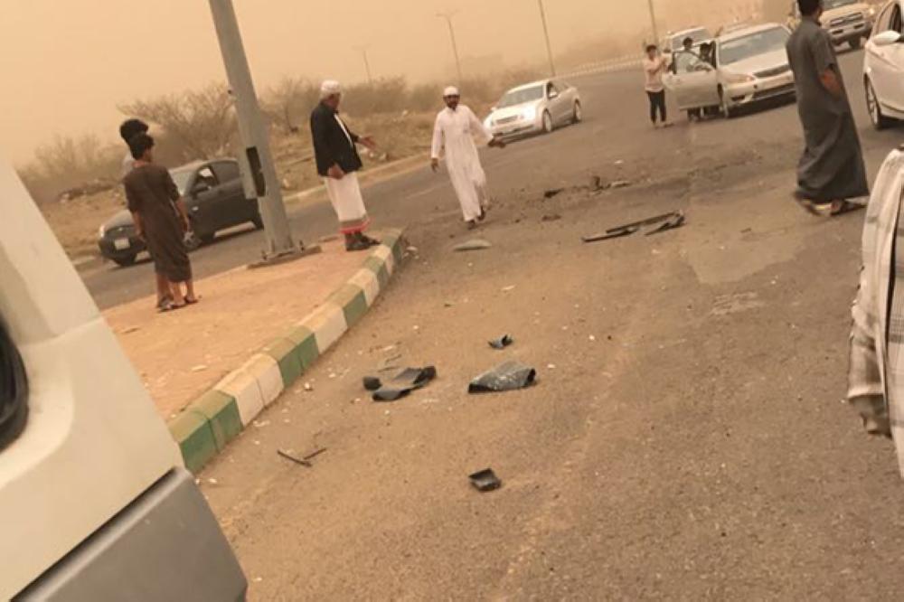 آثار المقذوفات الحوثية في العارضة.