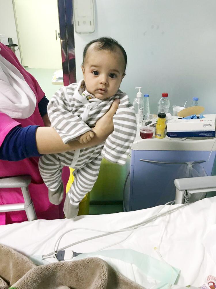 الرضيع يتلقى العلاج في المستشفى. (عكاظ)