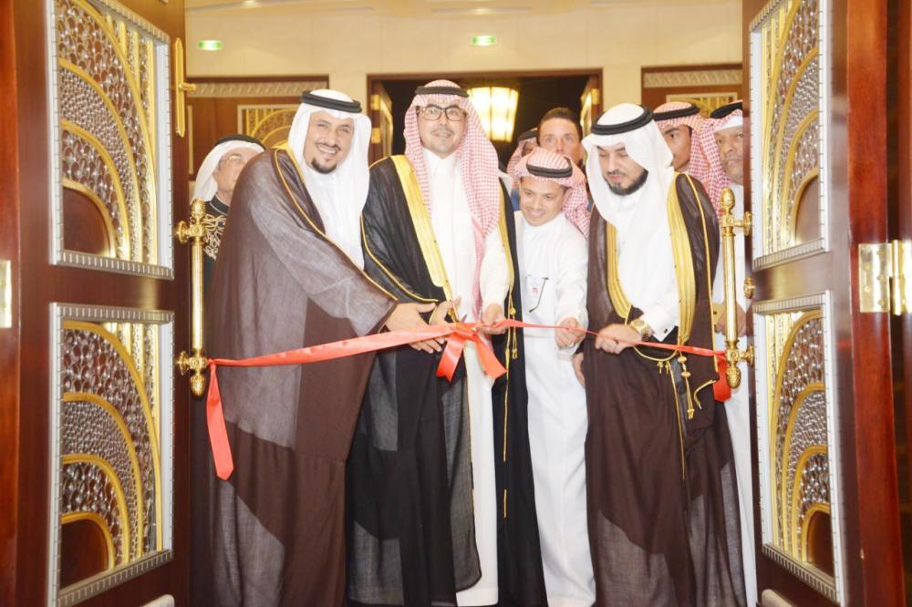 الأمير عبدالله بن سعود يفتتح فعاليات المعرض. (عكاظ)