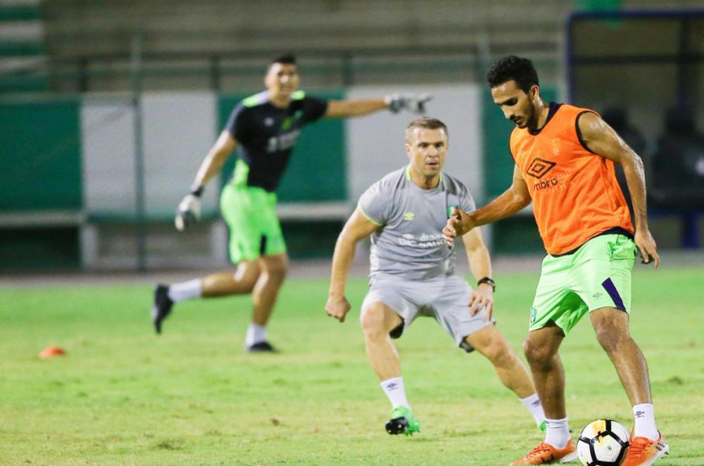 ريبيروف يشارك في التدريب. (عكاظ)
