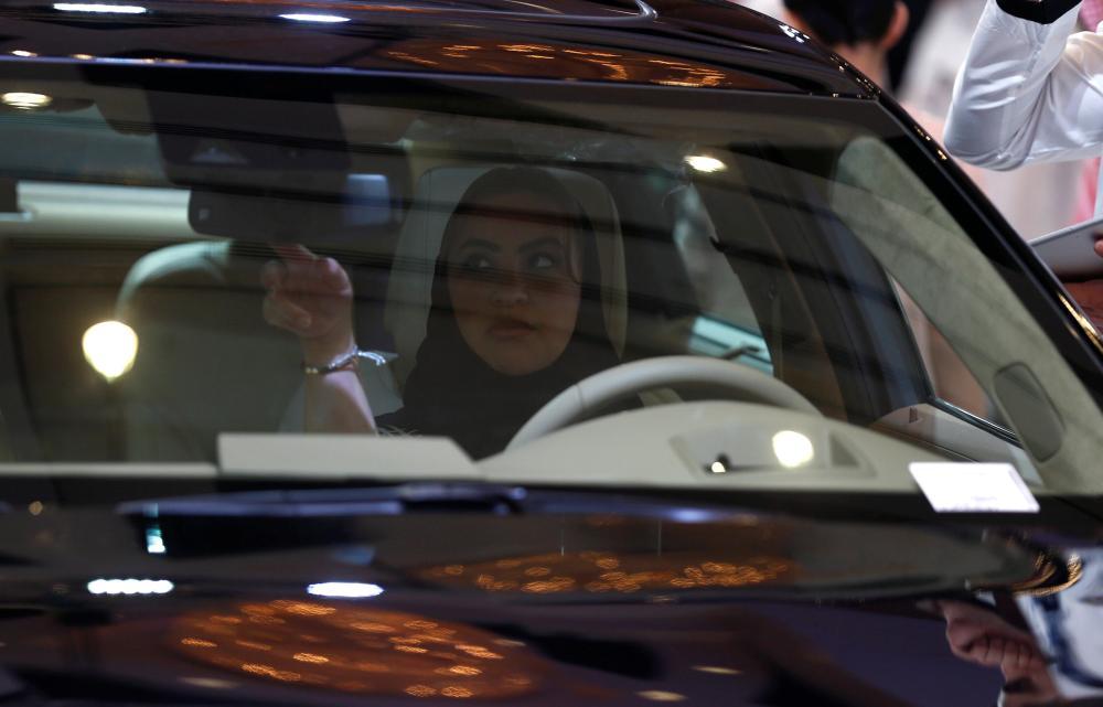 بالصور.. سعوديات يبحثن عن سياراتهن.. وينتظرن موعد الانطلاقة