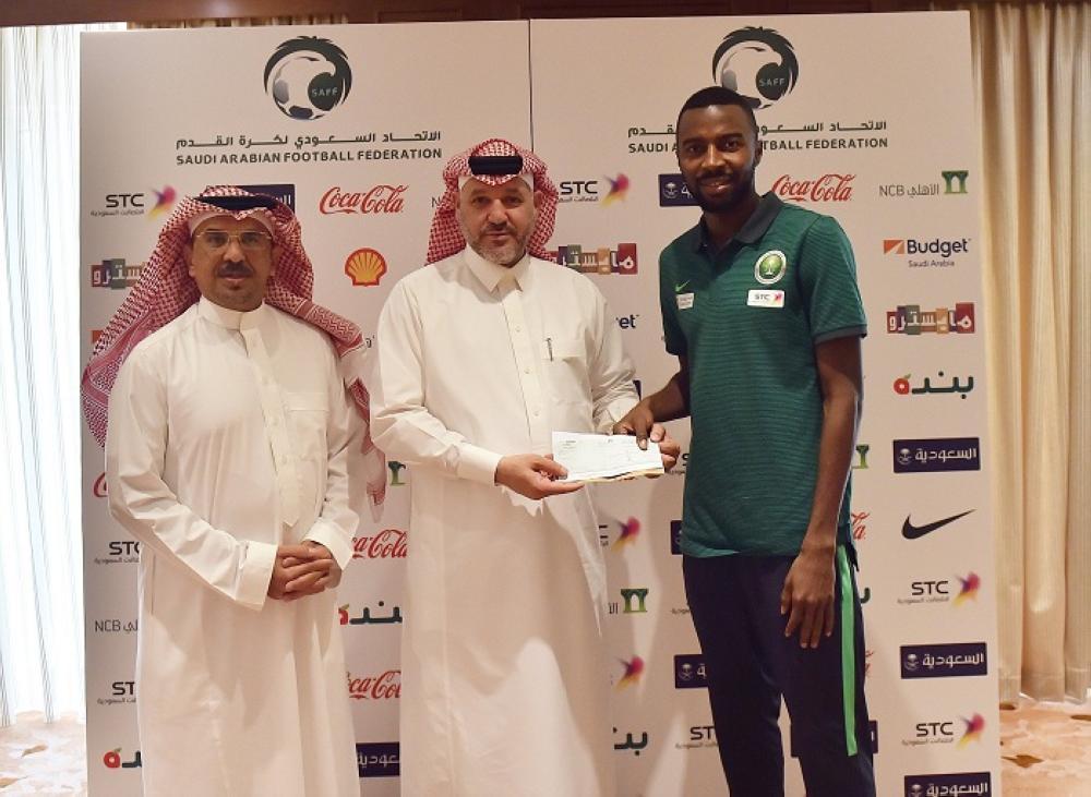 لاعبو الأخضر يقدمون تبرعاً مالياً لجمعية ذوي شهداء الواجب