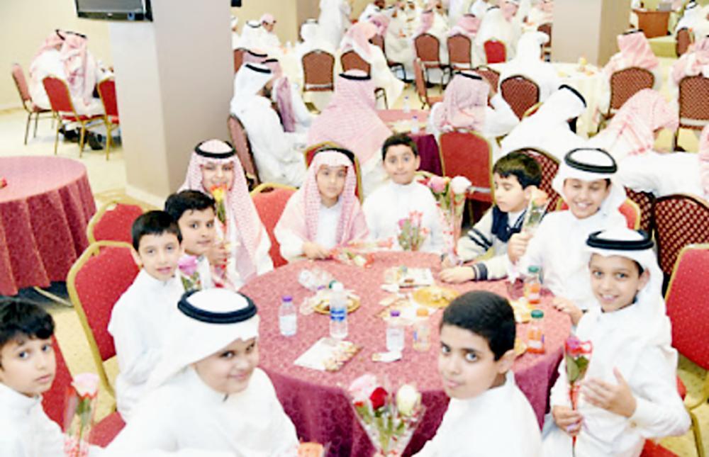 الطلاب خلال مشاركتهم في التكريم. (عكاظ)