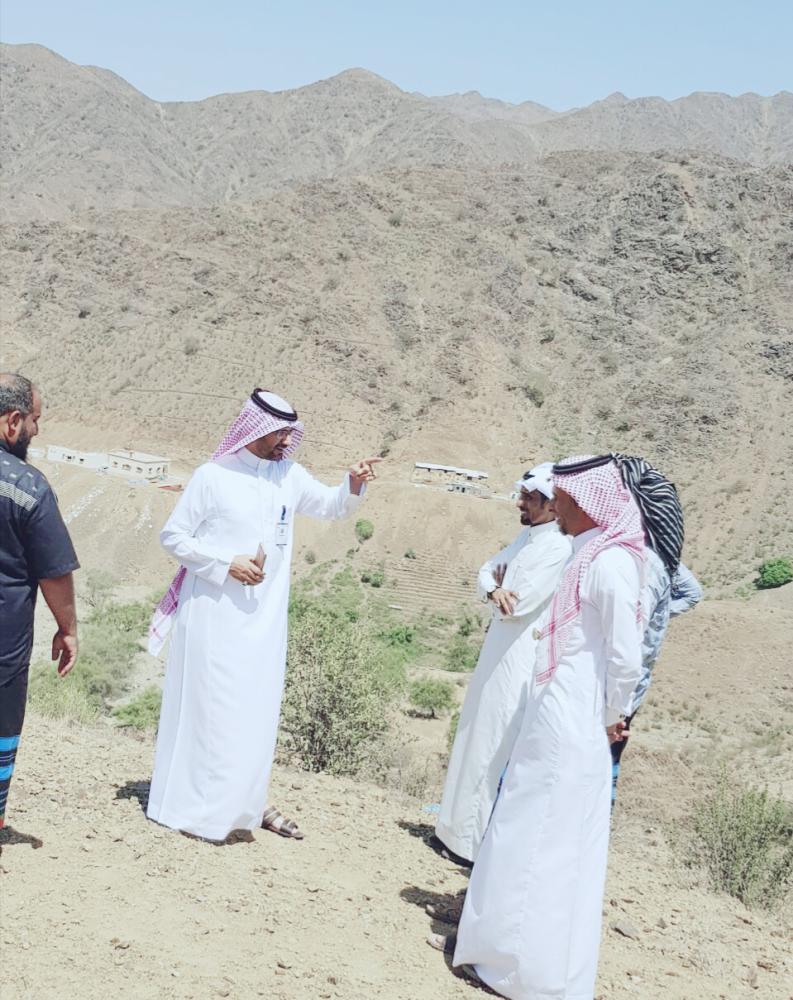 رئيس بلدية الريث خلال زيارته الميدانية لبعض المشاريع. (عكاظ)