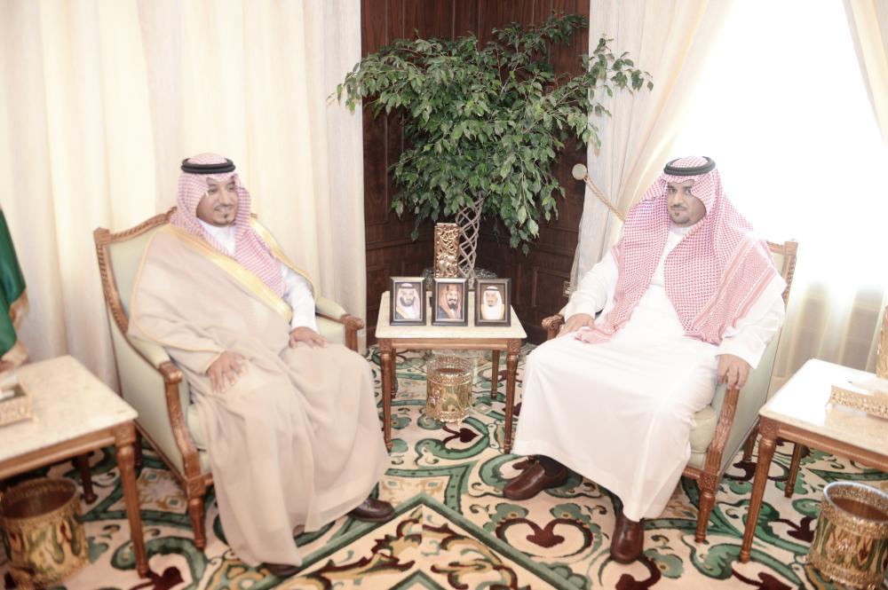الأمير منصور بن مقرن خلال اللقاء. (عكاظ)