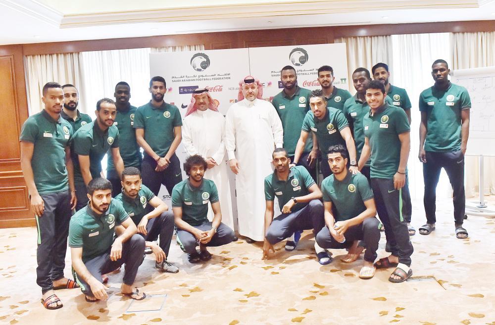 لاعبو المنتخب الوطني في صورة جماعية مع مسؤولي الجمعية. (عكاظ)