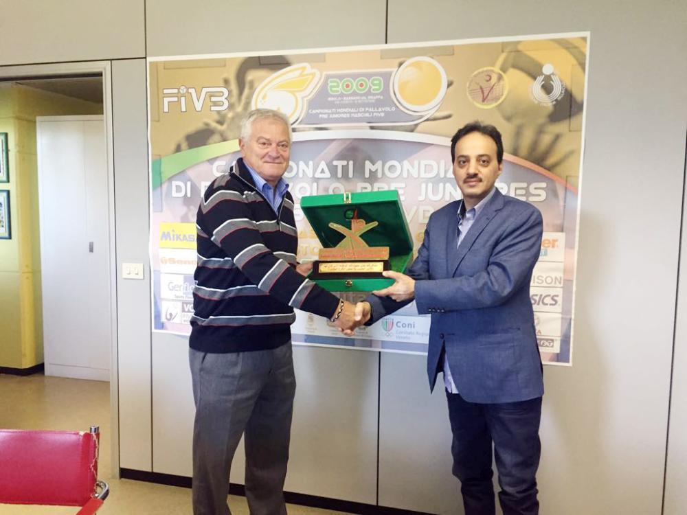 آل هتيلة يسلم نائب رئيس اتحاد الطائرة الإيطالي درعا تذكارية.