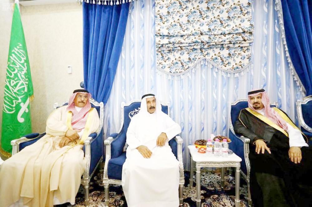 الأمير فهد بن بدر مقدما التعازي لذوي الشهيد. (واس)