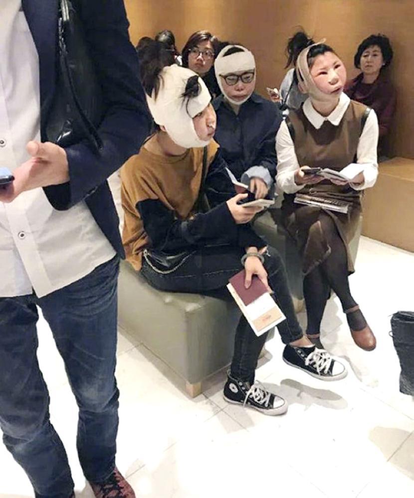 الفتيات الكوريات بعد منعهن من المطار.