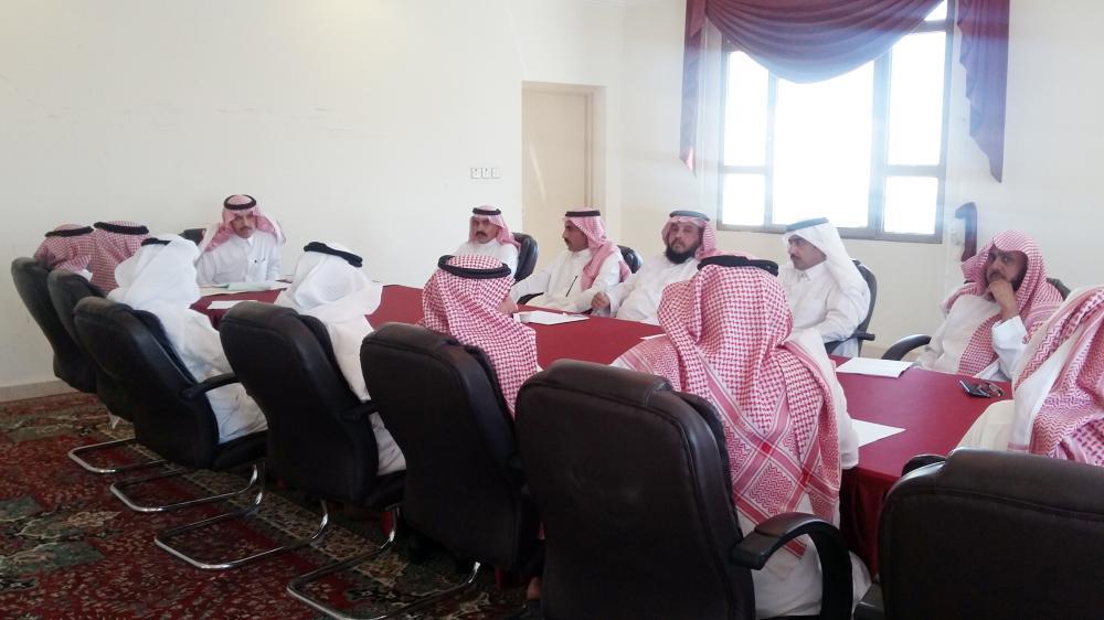 محافظ تيماء في اجتماعه مع مديري الإدارات الحكومية.
