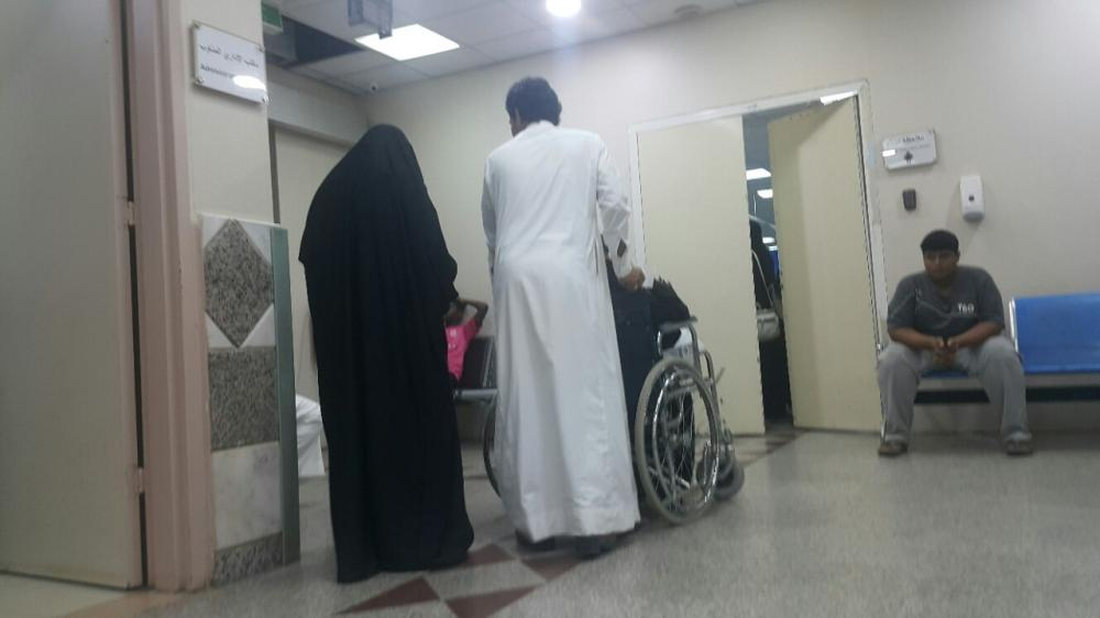 مراجعون في صالة الانتظار في مستشفى أبو عريش.  (تصوير: محمد القيسي)