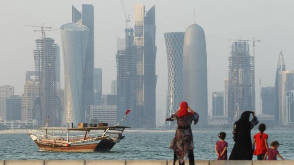 الدوحة تحتجز عاملا مغربيا وأسرته تخشى
