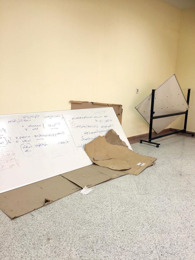 نفايات وأثاث محطم في قاعة داخل الجامعة.