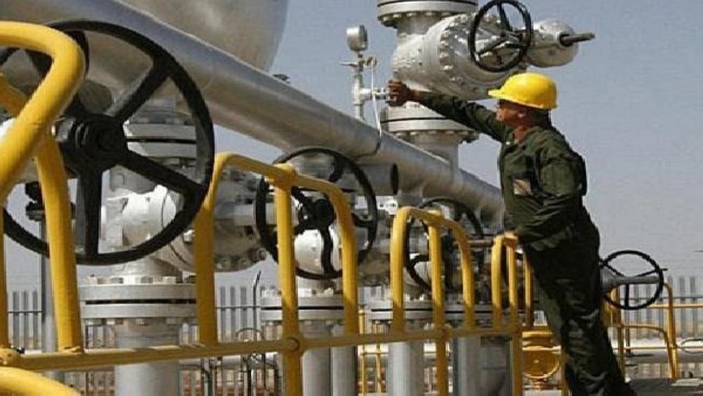 النفط يصعد بدعم انخفاض المخزونات الأمريكية وتوترات الشرق الأوسط