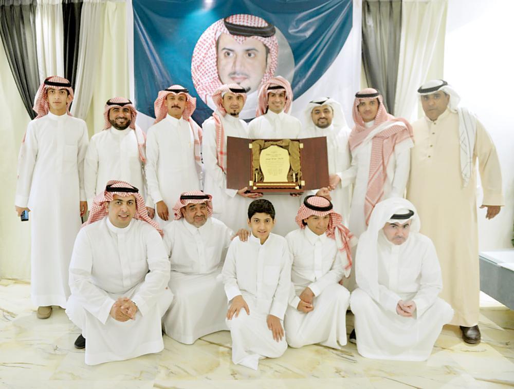 عبدالله اليوسف يتوسط الإعلاميين.