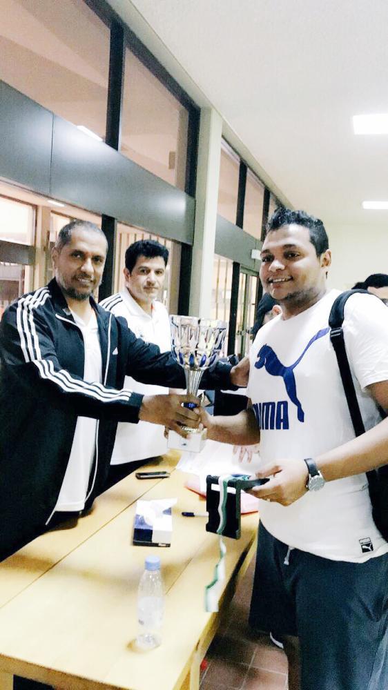 «أبو رقة» خلال تتويجه بكأس البطولة برفقة السعد.