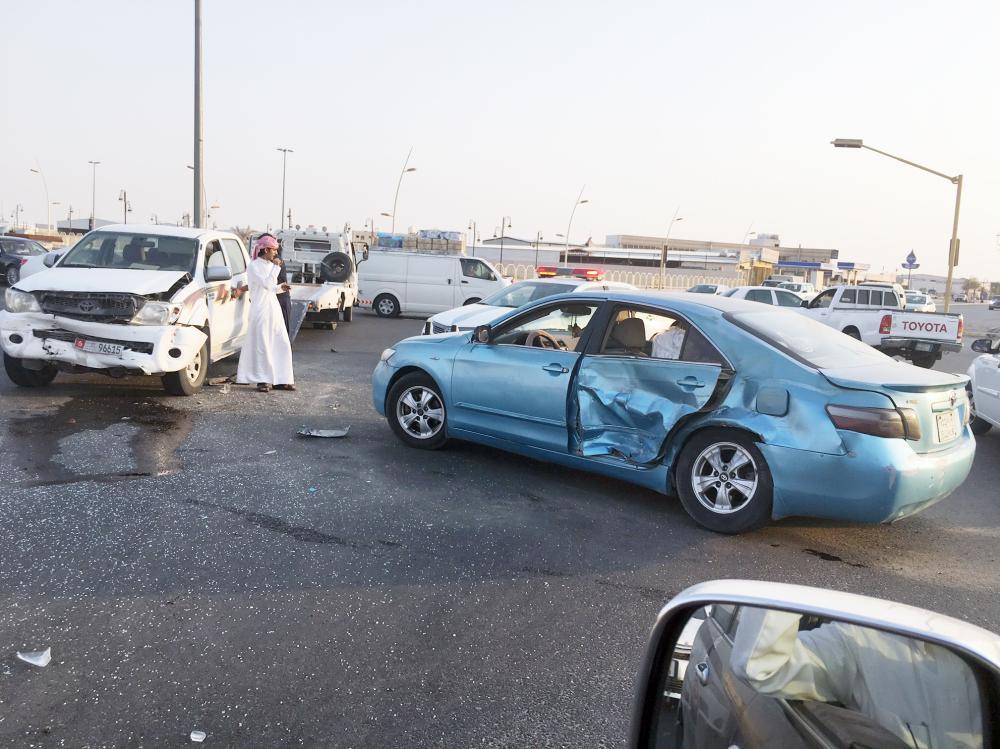 عدم التزام السائقين بالإشارات المرورية يؤدي لكثير من الحوادث. (عكاظ)