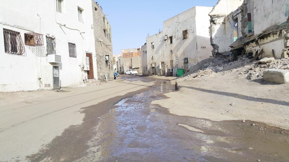 مياه مجهولة المصدر تغرق حي الغربية. (عكاظ)