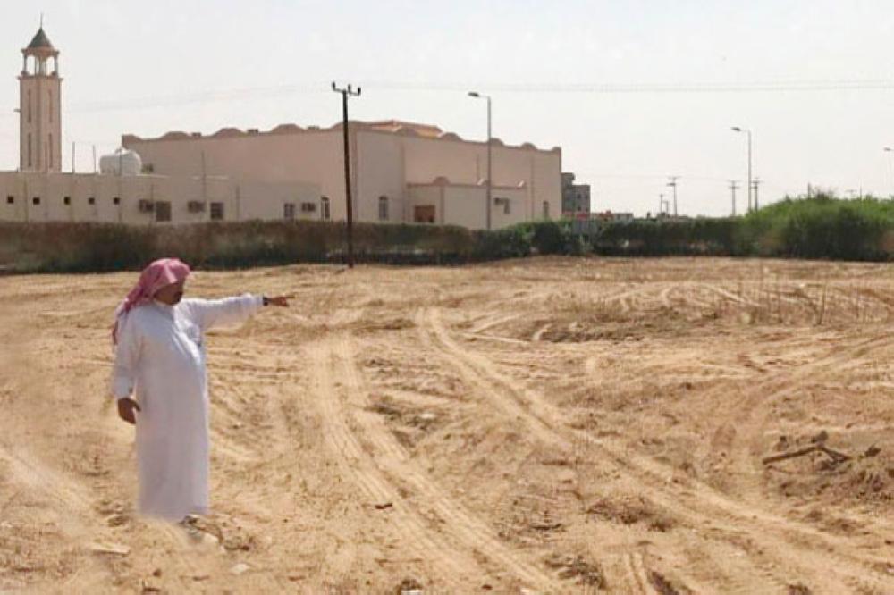 أبودية يشير إلى الأرض التي تبرع بها مواطن لإنشاء مركز الرعاية الأولية. (عكاظ)