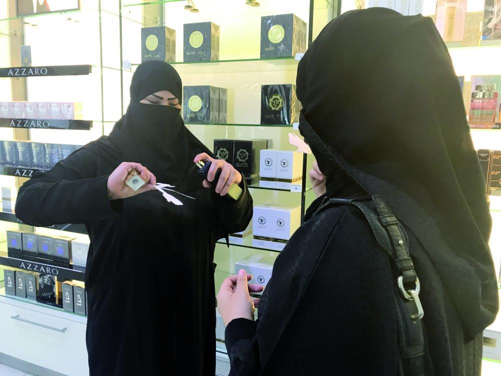 عاملة تعرض عطرا لإحدى السيدات في جدة. (تصوير: أمل السريحي) amalalseraihy@
