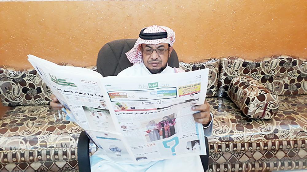 محمد الحازمي يطالع «عكاظ».