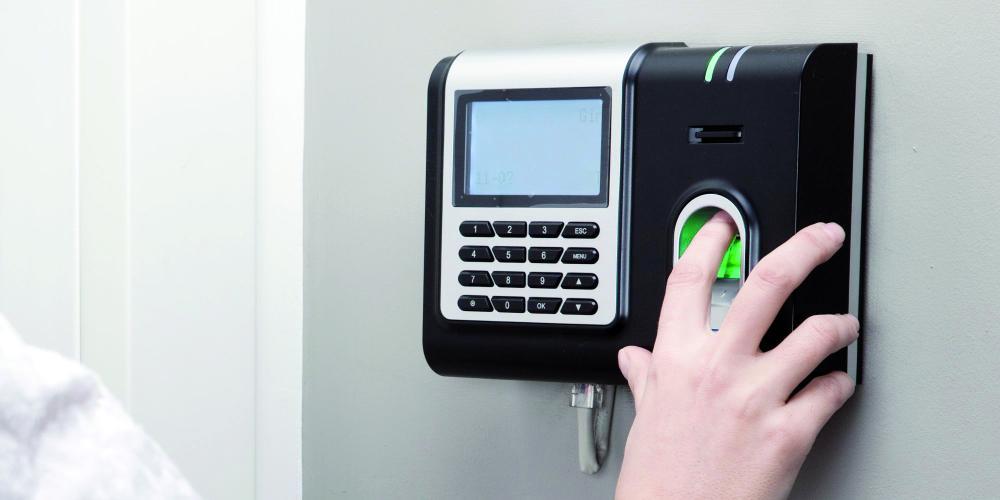 استشاريون أكدوا أن التعامل مع أجهزة البصمة كالتعامل مع أدوات أخرى. (عكاظ)