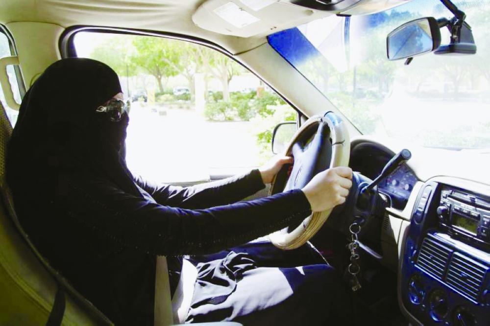 قانونية حذرت الفضوليين من تصوير قائدات المركبات.