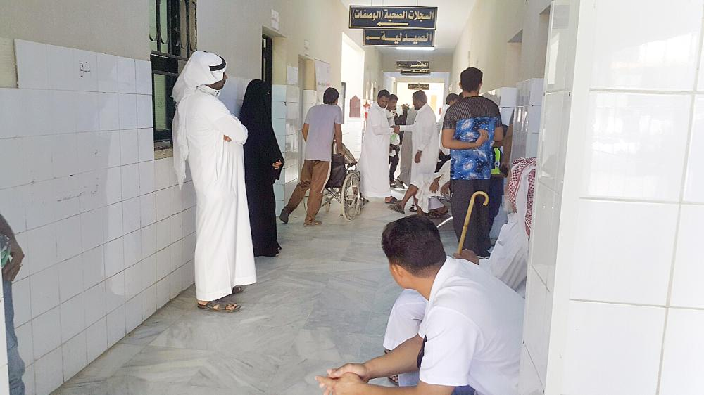 ازدحام المراجعين في أحد المراكز الصحية في جازان. (تصوير: محمد القيسي)