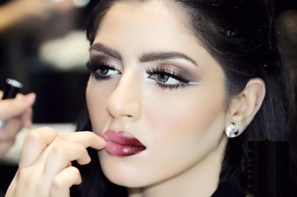 «makeup artist» بين اشتراط «شـــهادة المزاولة» ونجمات «السوشال ميديا»