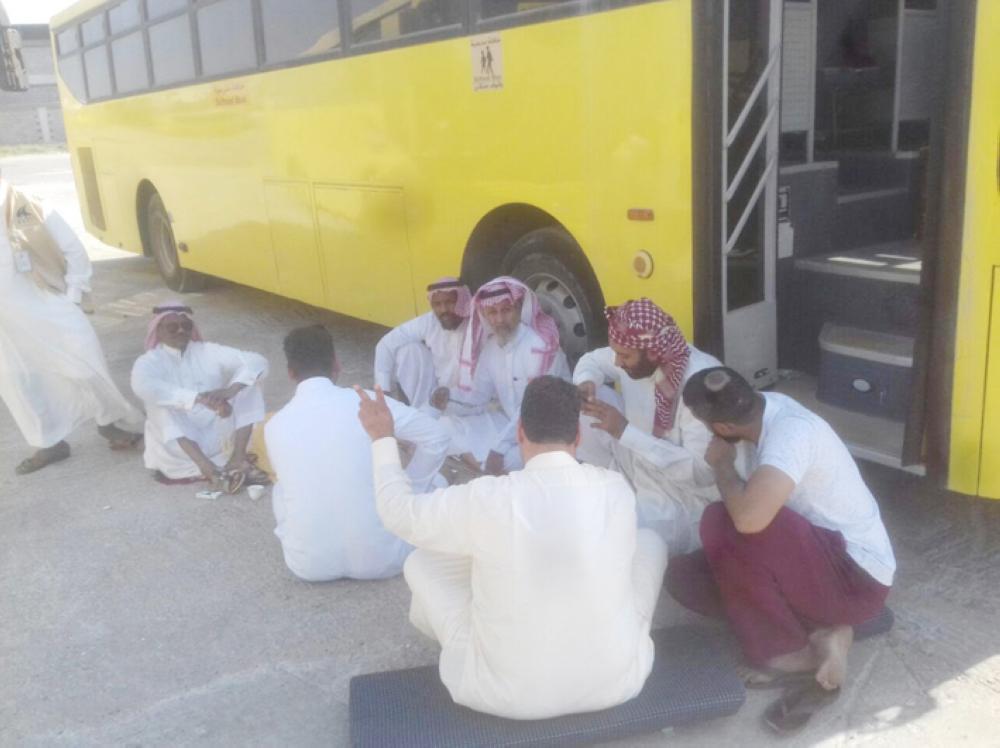 السائقون رفضوا العمل اعتراضا على الحسم من رواتبهم. (عكاظ)
