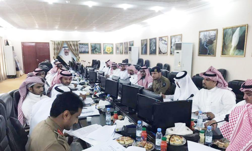جلسة المجلس المحلي في ضمد أمس الأول. (عكاظ)