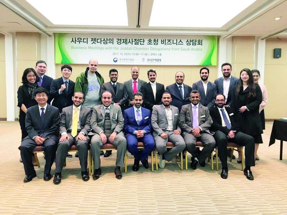 وفد لجنة شباب الأعمال خلال زيارتهم لكوريا أخيرا. (عكاظ)