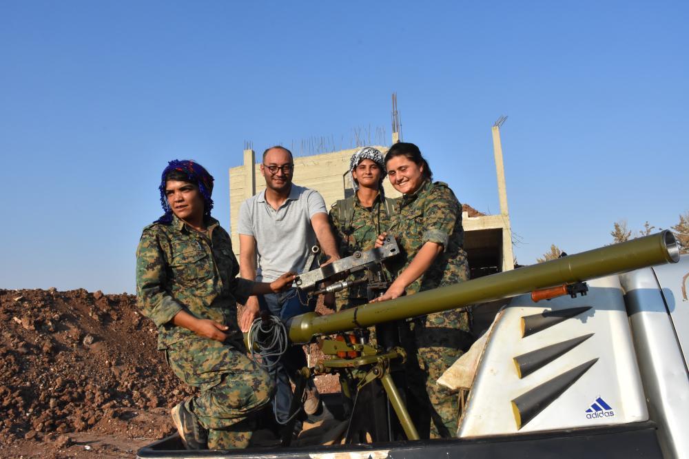 مقاتلات وحدات حماية الشعب قبيل التحضير لاستعراض عسكري