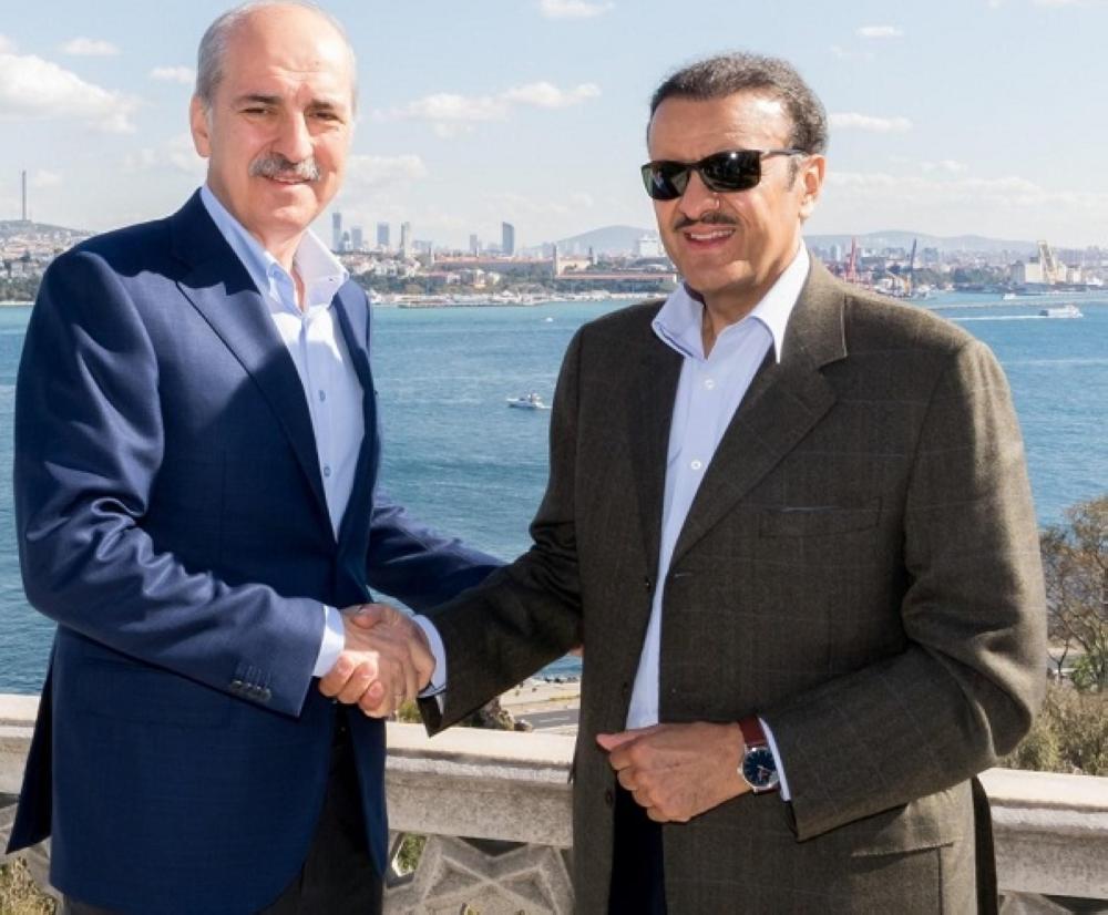 الأمير سلطان بن سلمان مصافحا الوزير التركي